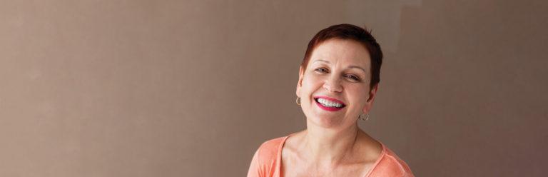 mulher na menopausa sorrindo