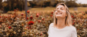 mulher feliz com métodos contraceptivos naturais